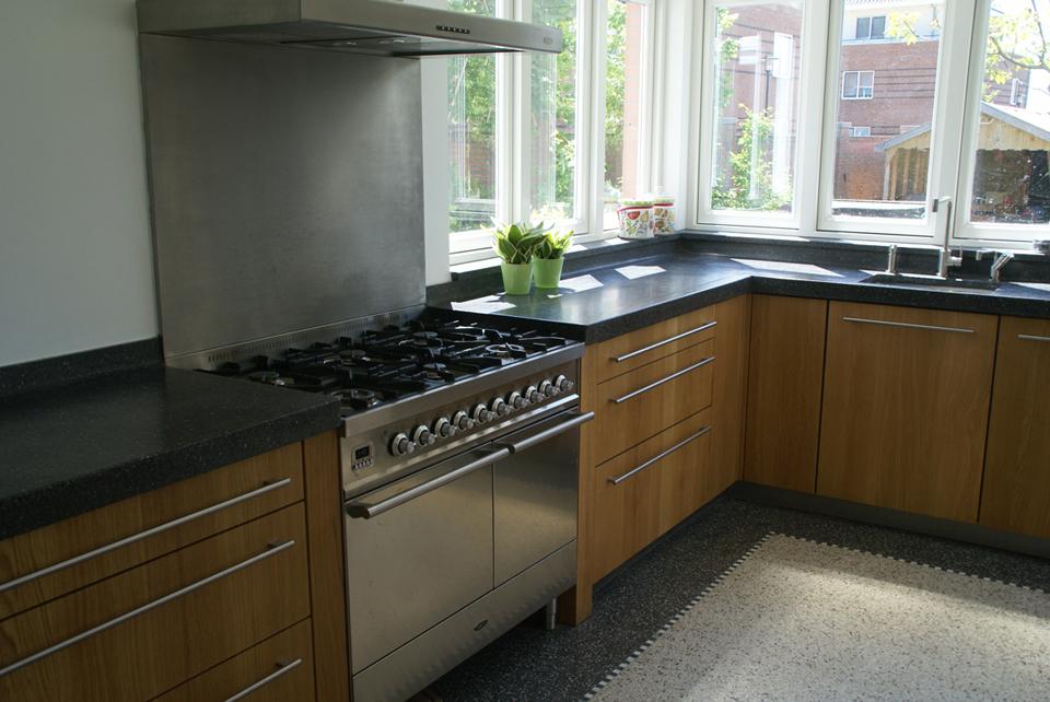 Keuken Eiken Massief : mooi contrast, het warme hout met roestvrijstaal en steen