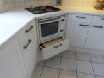 kast-oven-vermaakt-met-voorraadlade