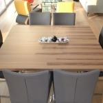 vierkanten-tafel-bestaande-uit-2-tafels-met-mangeten-bij-elkaar-gehouden