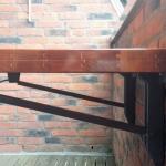 opklapbaar-tafeltje-van-sporthalvloer-detail-beugels