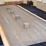 Onderkant tafel met spanbanden en bakjes voor stroom kubussen